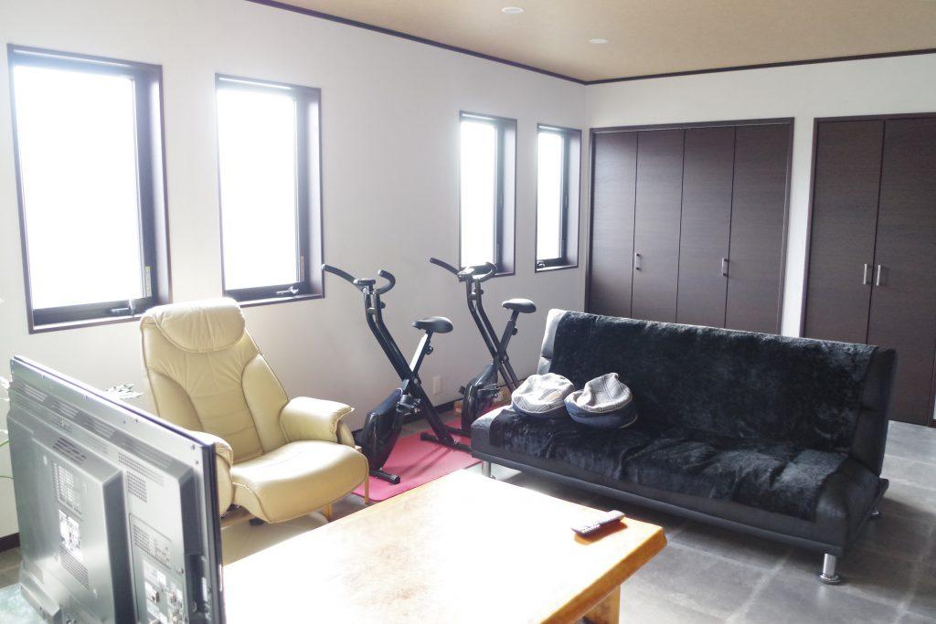 ドッグランのある、勾配天井でゆったりくつろげる細長い平屋のお家