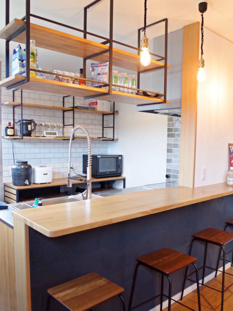 うちっぱなしの壁とカフェ風キッチンがおしゃれなお家