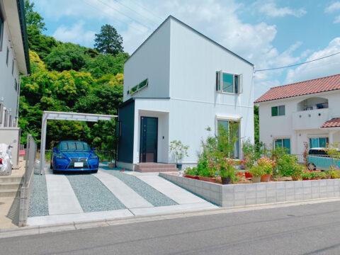 ガーデニングを楽しむ、光と風が泳ぐ開放的なリビングのあるお家