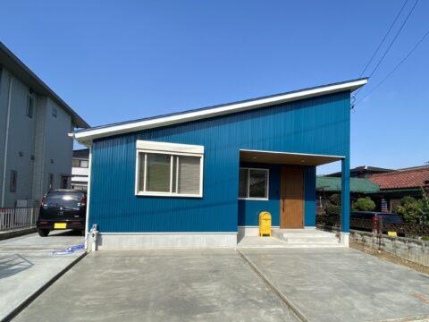 シンプルにオシャレに暮らす!爽やかなマリンブルーの平屋のお家